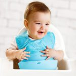 baveta-bebelusi-copii-cu-buzunar-textil-silicon-albastru-1
